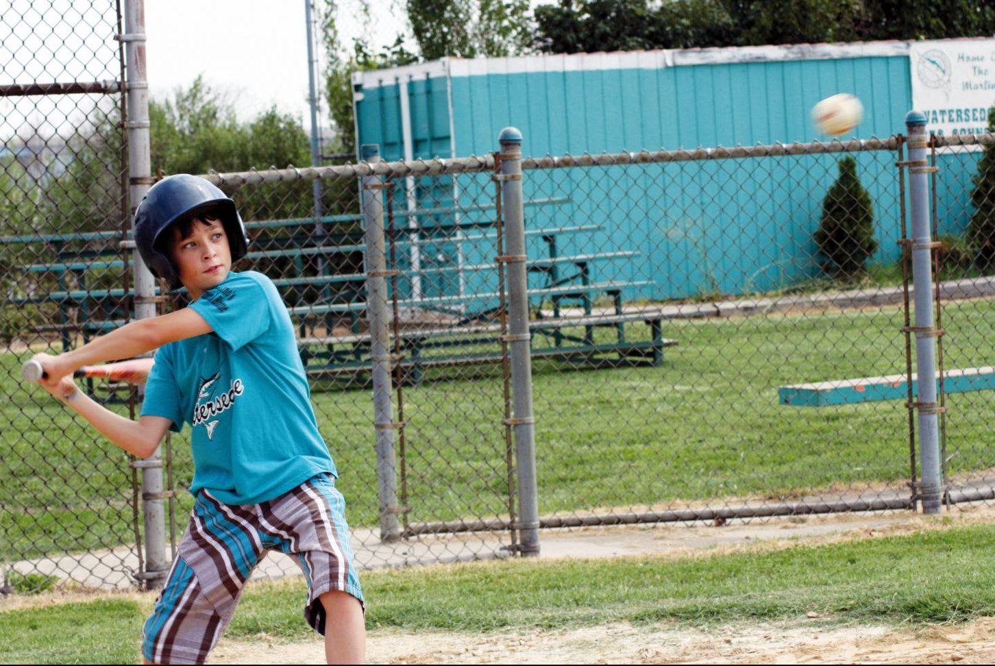 Garçon qui joue au baseball