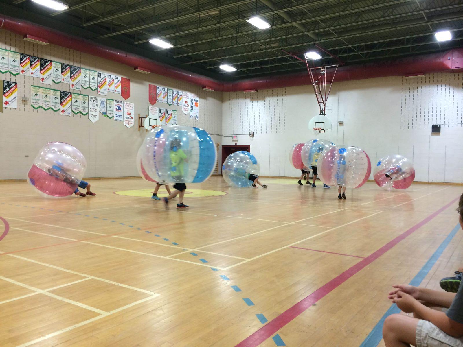 Enfants qui jouent au bubble soccer au camp Explor'sports