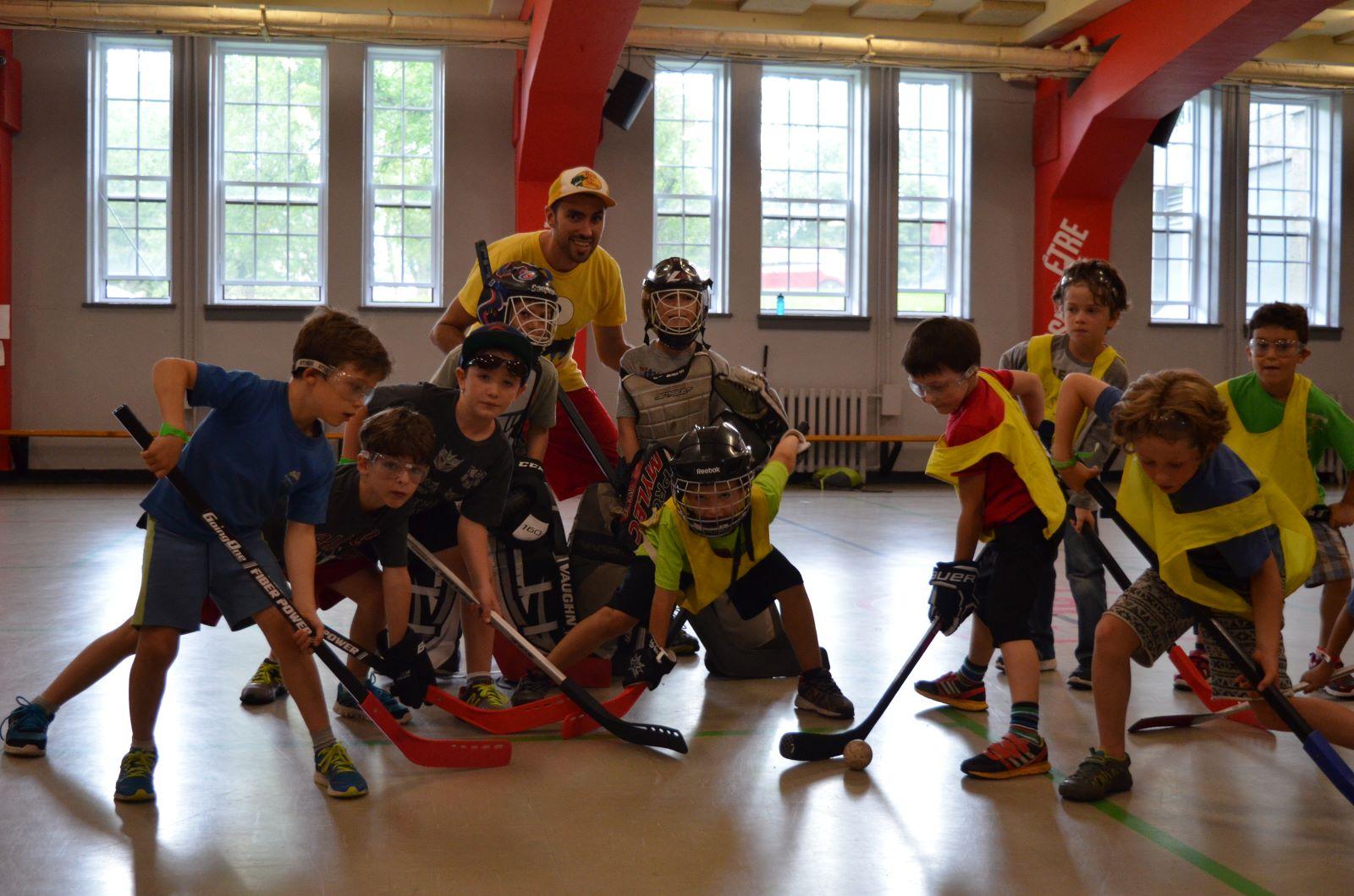Enfants qui jouent au hockey au camp d'hockey cosom