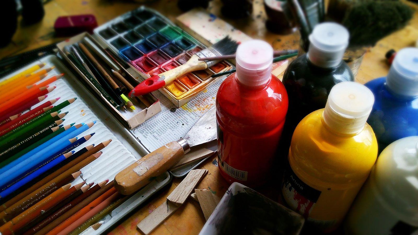 Peinture, pinceaux et crayons