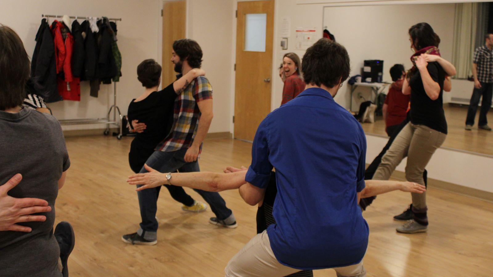 Personnes qui pratiquent la danse swing