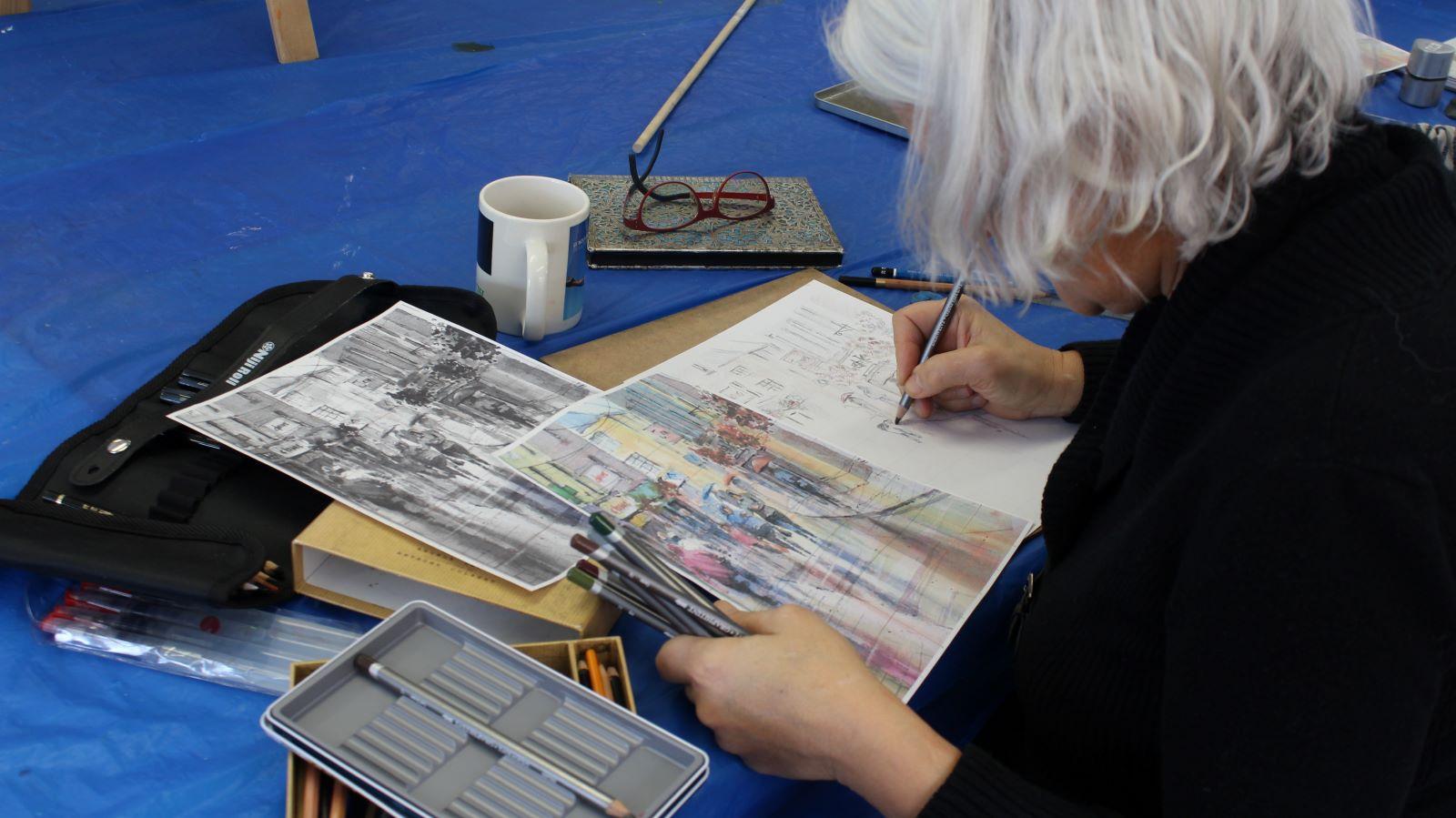 Une femme qui dessine dans le cours de dessin