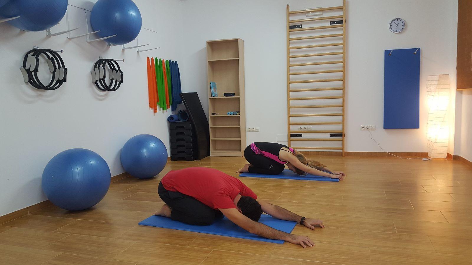 deux personnes qui font des exercices au sol