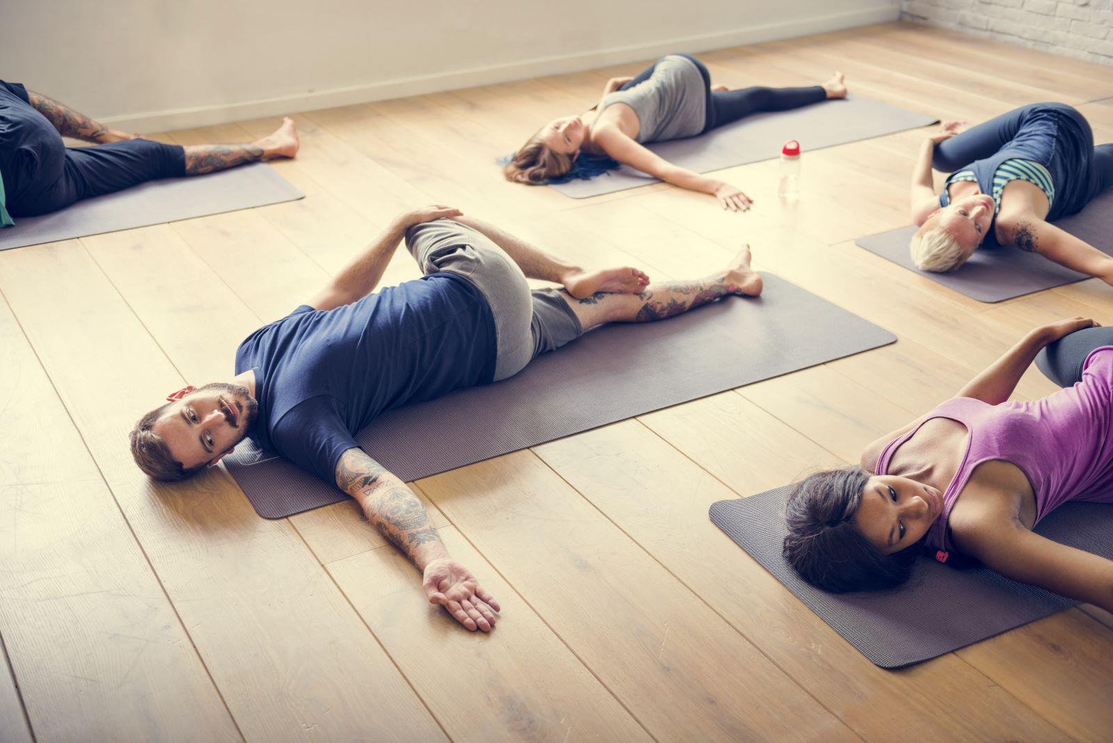 Groupe de personnes qui font des exercices au sol