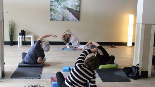 Groupe de femmes dans leur cours de yoga somayog