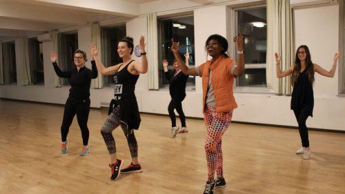 Groupe de femmes dans leur cours de zumba fitness