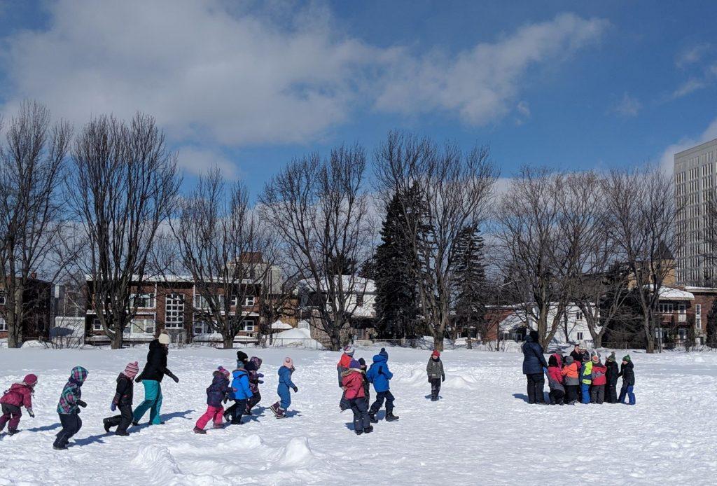 Enfants qui jouent dans la neige