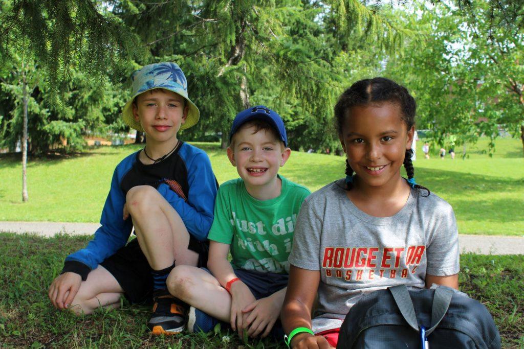 Trois enfants du camp de jour dans le parc