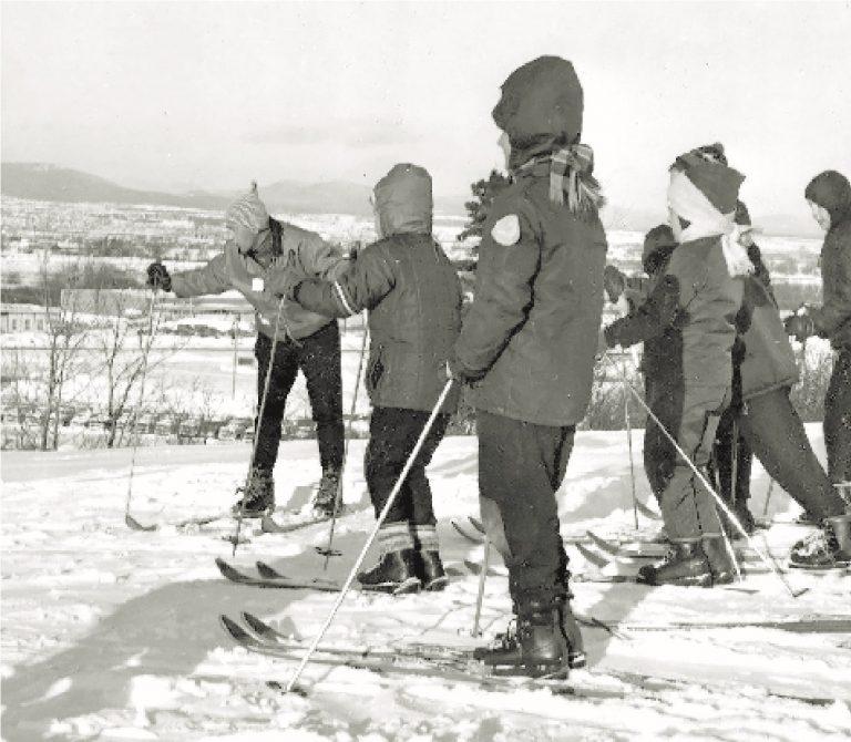 Groupe d'enfants sur les pentes de ski