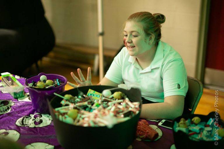 Fille qui donne des bonbons à la kermesse de l'Halloween