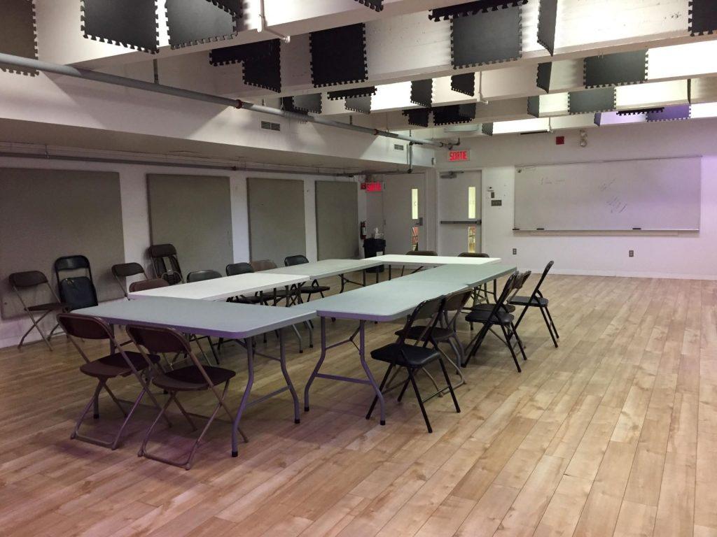 Salle bleue montée avec tables et chaises