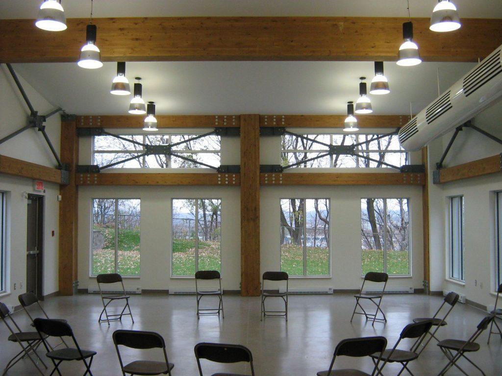 Salle communautaire avec chaises