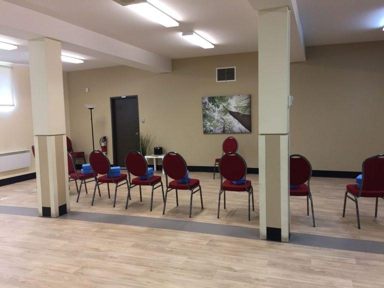 Salle est avec chaises