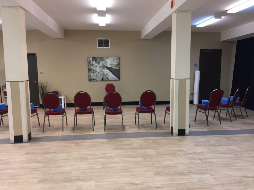 Salle est montée pour une activité de yoga
