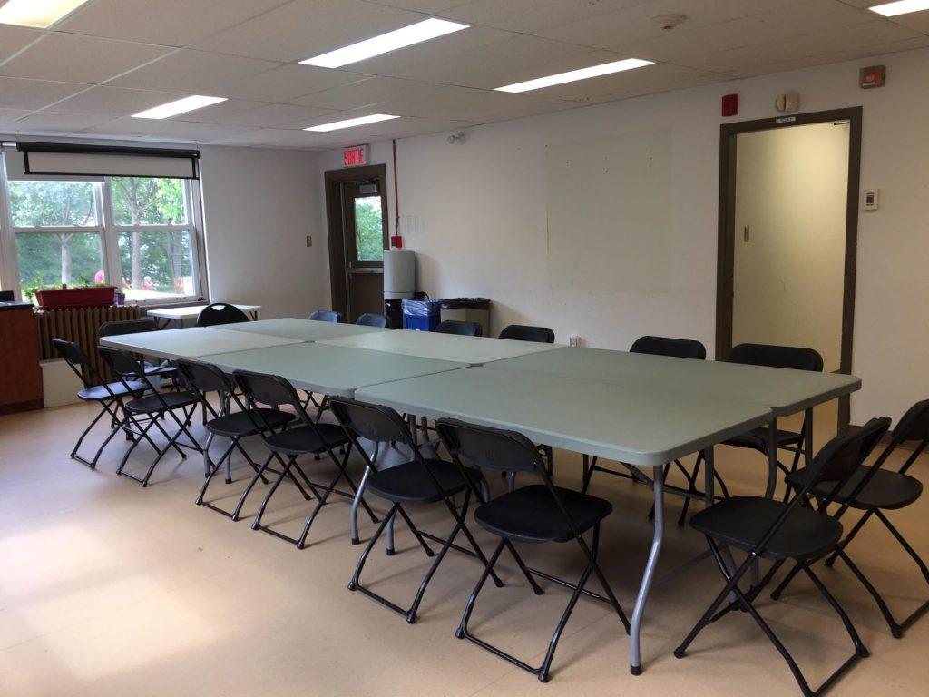 Salle polyvalente montée avec tables et chaises