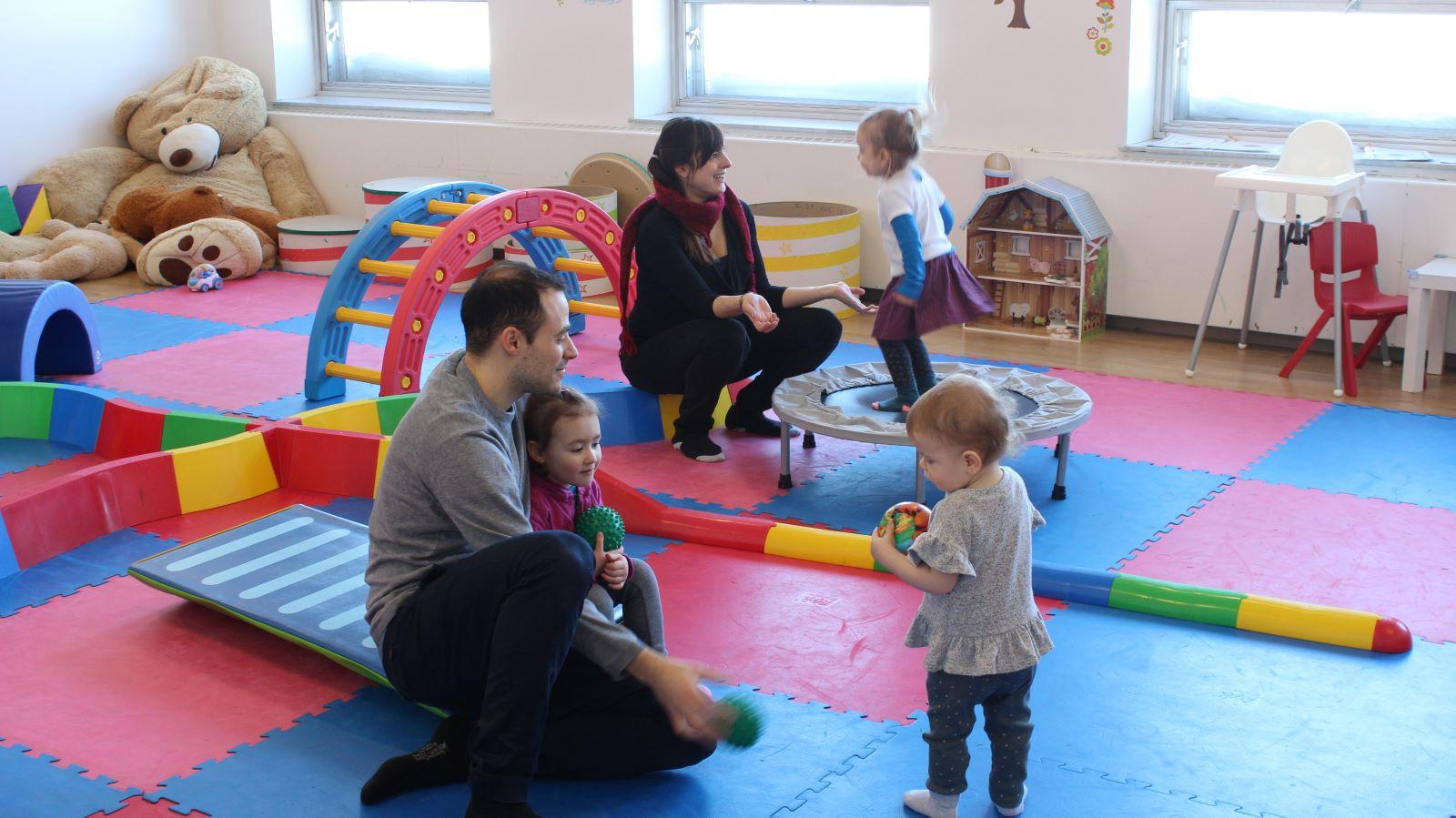 Enfants avec parents dans la salle de psychomotricité
