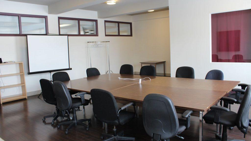 Salle 1 avec bureau et chaises