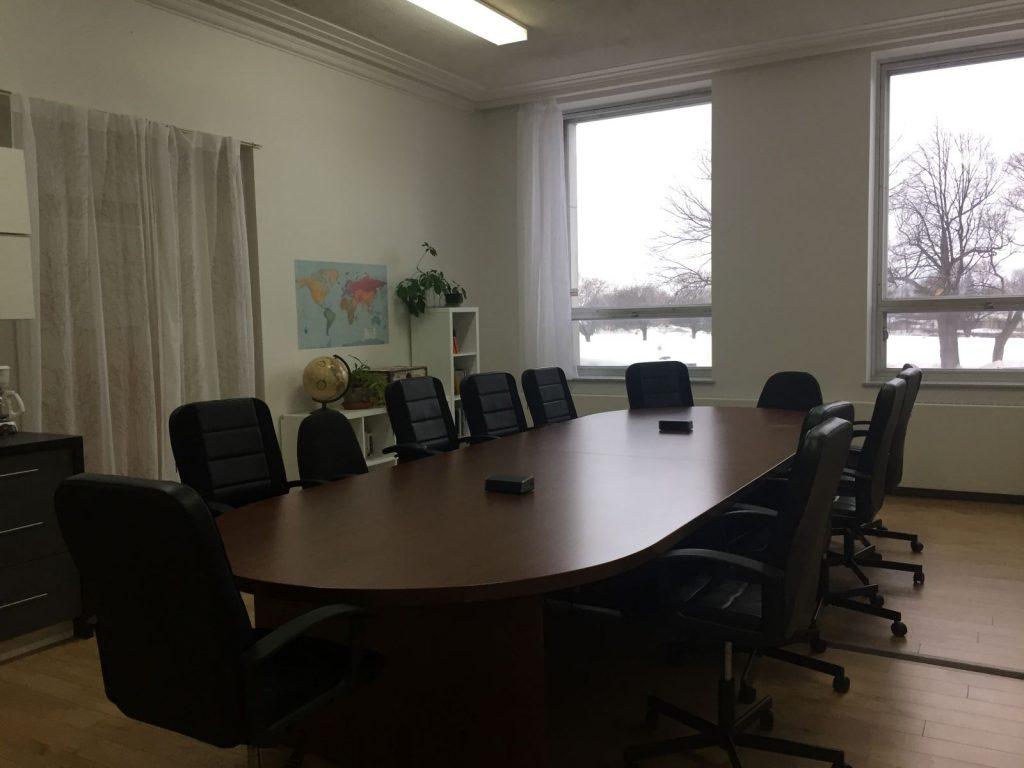 Salle 6 avec bureau et chaises