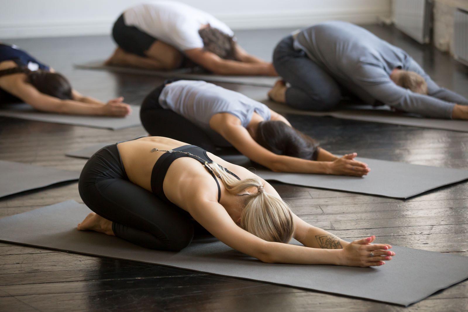 Groupe de personnes qui pratiquent le yoga
